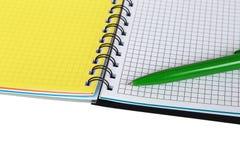打开有绿色笔的笔记本 免版税库存图片