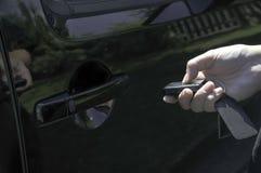 打开有keyfob的一辆汽车 免版税库存照片