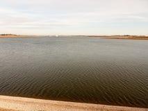 打开水表面海波纹夏天春天风景海湾  免版税库存照片