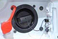 打开汽车汽油箱的舱口盖 库存图片