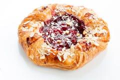 打开油酥点心饼饼用用蜂蜜、莓果和坚果 免版税库存照片