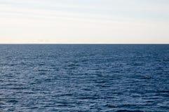 打开深刻的蓝色海洋背景 免版税库存照片
