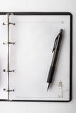 打开清楚的笔记本和笔垂直 库存图片