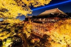 打开激光展示在kiyomizu dera寺庙,京都 库存照片