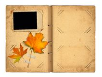 打开照片的葡萄酒photoalbum与秋天叶子 免版税库存照片
