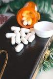 处方药片和钱包 免版税库存图片