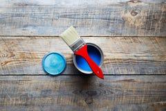 打开瓶子有蓝色油漆和红色刷子顶视图 免版税库存图片