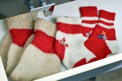 打开用不同的袜子的梳妆台抽屉 免版税图库摄影