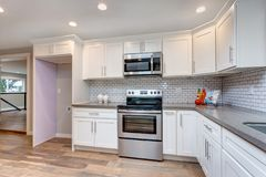 打开用不锈钢装置装备的概念厨房 免版税库存照片