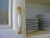 打开的或关闭的厨柜门 免版税库存图片