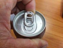 打开的盖子铝罐装饮料 免版税库存照片