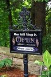 打开礼品店的标志 库存照片