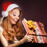 打开礼物的一个年轻十几岁的女孩 免版税库存图片