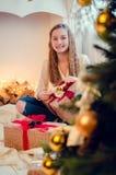 打开礼物的十几岁的女孩 库存照片