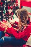 打开礼物的十几岁的女孩 免版税图库摄影