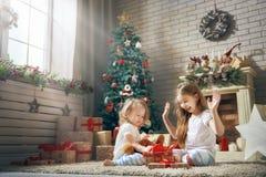 打开礼物的女孩 免版税库存照片