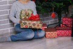 打开礼物的女性手特写镜头  免版税库存照片