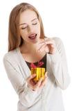 打开礼物的妇女的画象 免版税库存图片