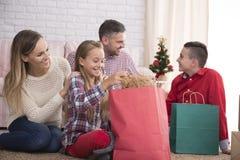 打开礼物的家庭 库存照片