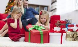 打开礼物的小女孩 免版税库存照片