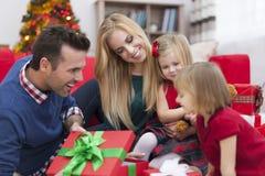 打开礼物的小女孩 免版税库存图片