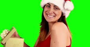 打开礼物的微笑的妇女 影视素材