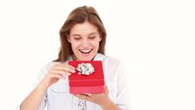 打开礼物的愉快的妇女 股票视频