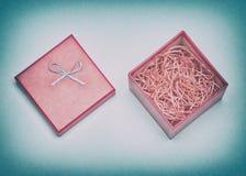打开礼物盒充满在减速火箭的样式的装饰削片 免版税库存图片