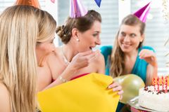 打开礼物盒的美丽的妇女,当庆祝她的生日时 库存照片