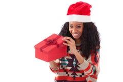 打开礼物盒的年轻黑人非裔美国人的妇女 图库摄影
