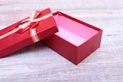 打开礼物盒,隔绝在白色背景 免版税库存照片
