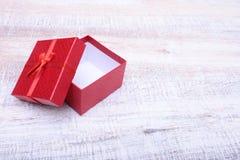 打开礼物盒,隔绝在白色背景 免版税库存图片