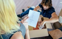 打开移动的箱子的夫妇 免版税库存照片