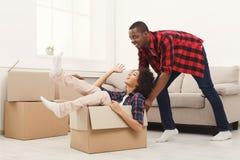 打开移动的箱子的年轻balck夫妇 免版税库存照片