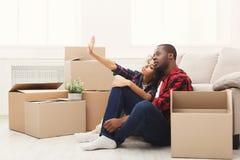 打开移动的箱子的年轻balck夫妇 免版税库存图片