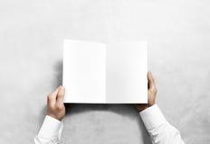 打开空白的白色小册子小册子大模型的手 免版税库存照片