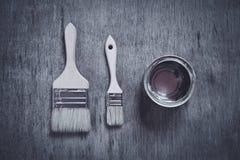打开空白的金属油漆能和两把刷子 免版税库存照片