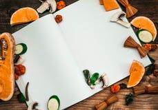 打开空的书和秋天背景-菜,秋叶 库存图片