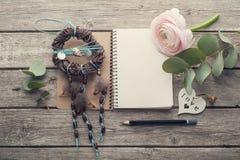 打开笔记本、梦想俘获器和心脏 免版税库存图片