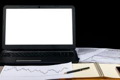 打开笔记本、玻璃、计算机、笔和智能手机在一张木桌上 免版税库存图片