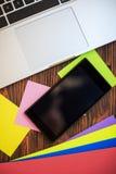 打开笔记本和智能手机木桌,顶视图 图库摄影