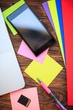 打开笔记本和智能手机木桌,顶视图 免版税库存图片