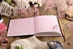 打开笔记本和桃红色花在木背景 卡片 文本的空位 复制空间 免版税库存图片