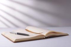 打开笔记本或日志与笔 库存照片