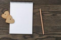 打开笔记本用心脏曲奇饼 库存图片