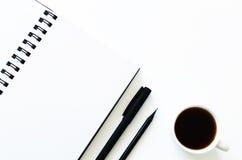打开笔记薄和茶 免版税库存图片