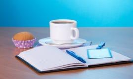 打开笔记薄,圆珠笔,徽章,咖啡 免版税库存照片