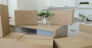 打开箱子在新的家在移动的天 移动向一个新的家庭概念 打开箱子,大纸板箱英尺长度  影视素材