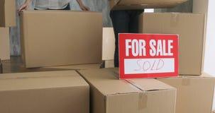 打开箱子的新的房主 移动的天概念 大纸板箱在新的家 股票视频