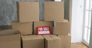 打开箱子的新的房主 移动的天概念 大纸板箱在新的家 影视素材
